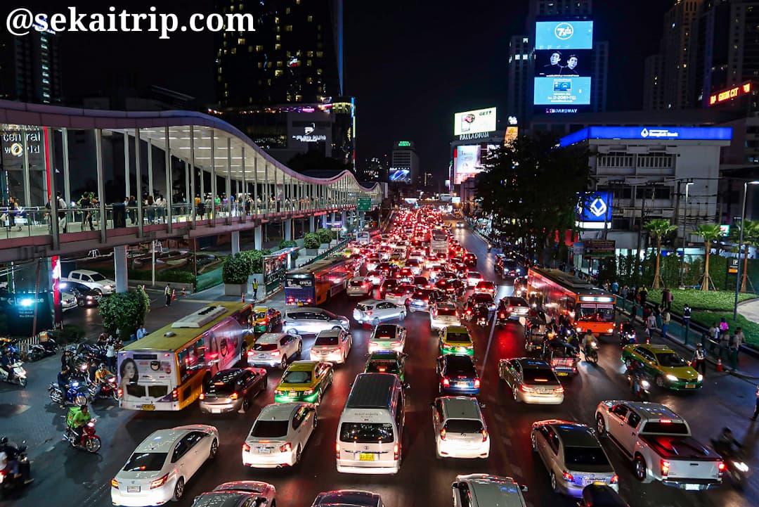 タイ・バンコクのサイアム周辺の交通渋滞