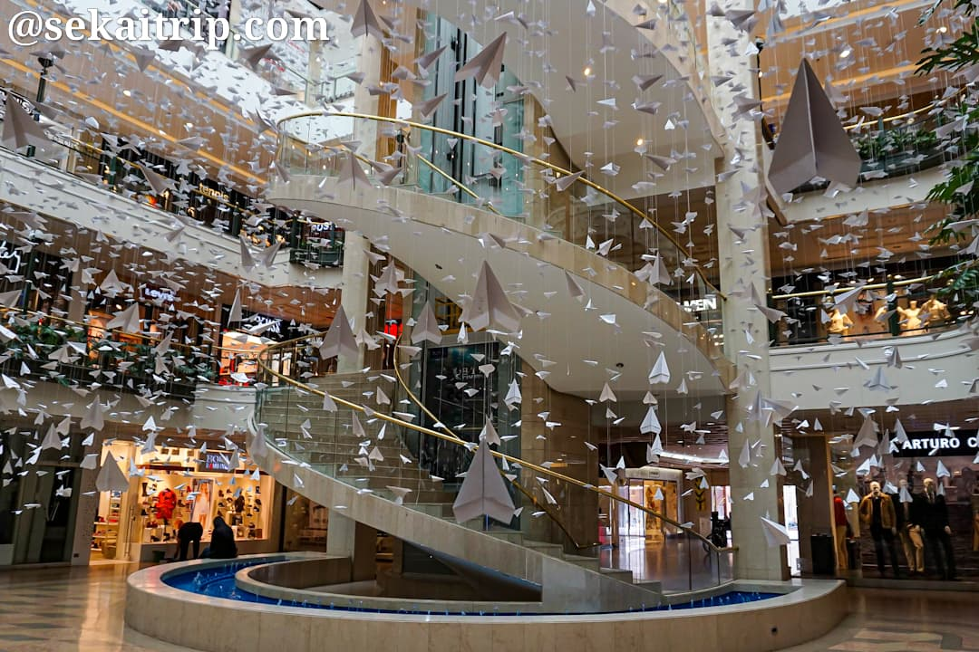新市街側のショッピングビル内部