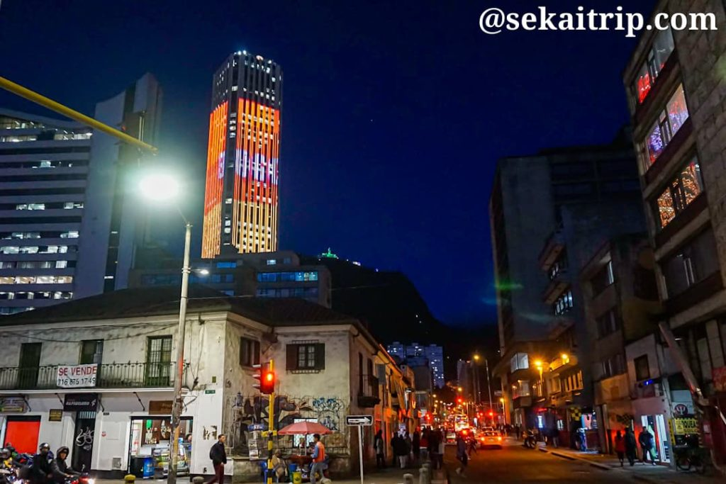 Calle22駅付近から撮影したトーレ・コルパトリア(Torre Colpatria)