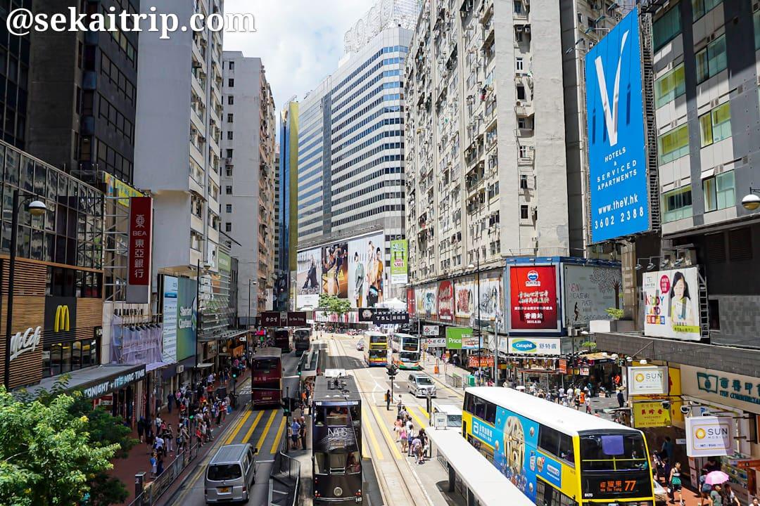 トラムが走る香港・コーズウェイ・ベイの写真