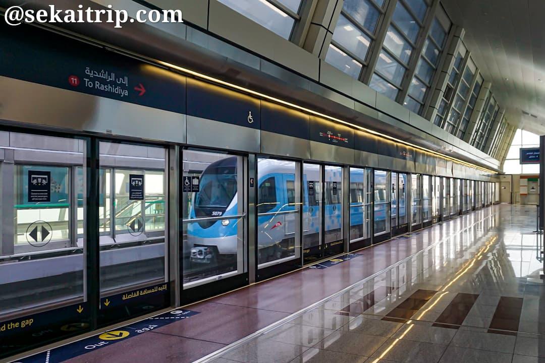 ドバイ・メトロの駅と電車