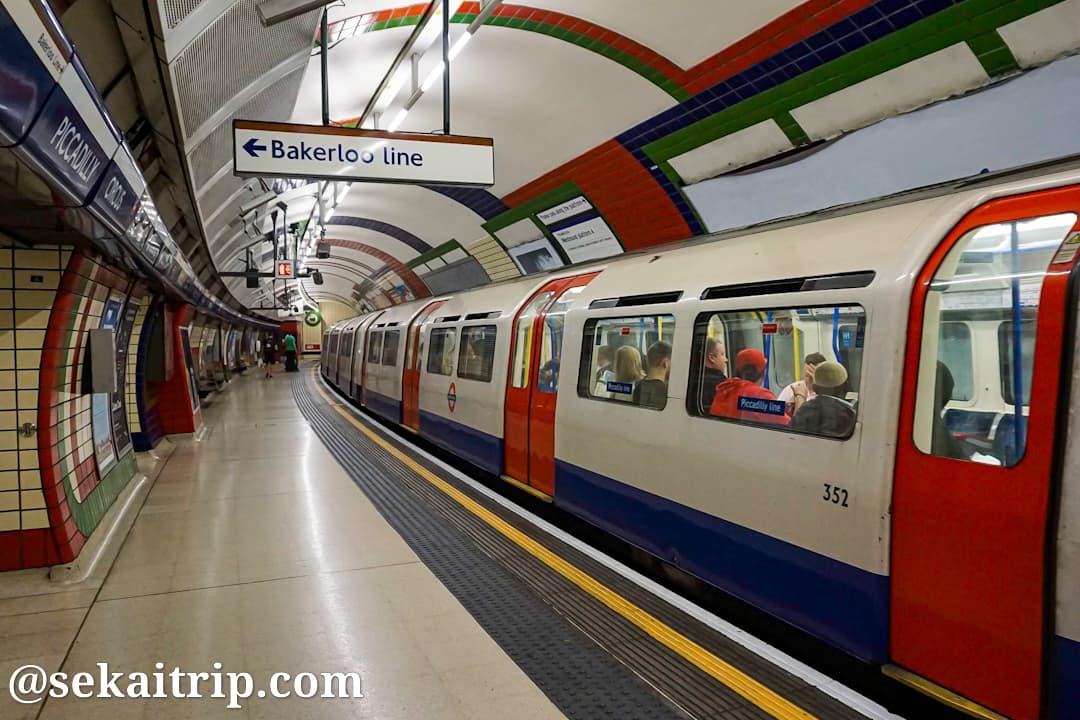 ロンドンの地下鉄ピカデリーサーカス駅の構内