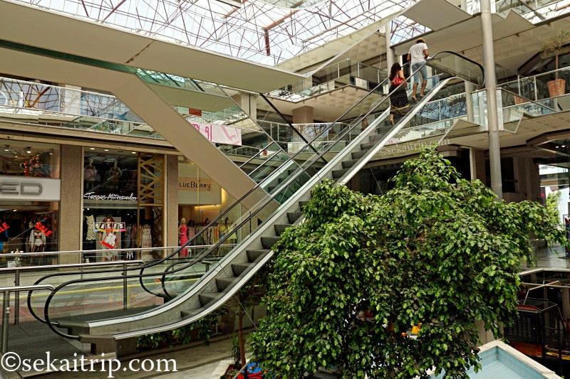 アテネ近郊のアンゲルゥ・メタクサ駅(Aggelou Metaxa)周辺のショッピングモール