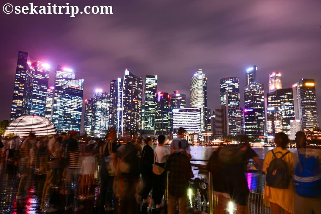 シンガポールのマリーナ・ベイ・サンズ側からみた夜景