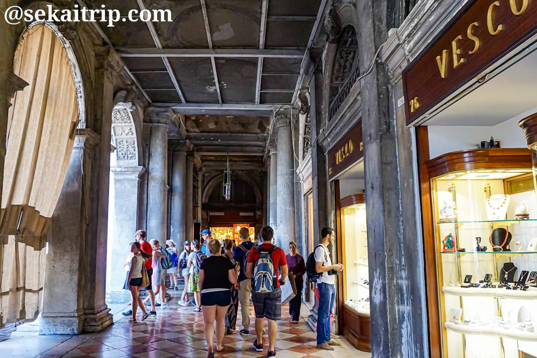 イタリア・ベネチアのサン・マルコ広場(Piazza San Marco)の回廊