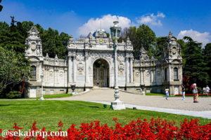 イスタンブールのドルマバフチェ宮殿の門
