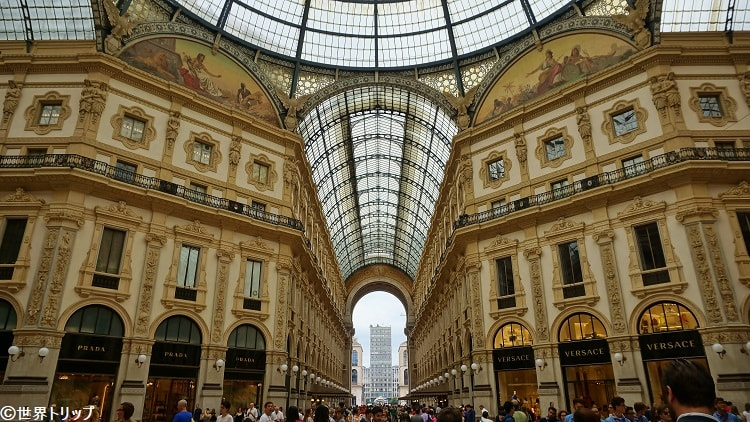 イタリア・ミラノにあるヴィットーリオ・エマヌエーレ2世のガッレリア(Galleria Vittorio Emanuele)のプラダ店