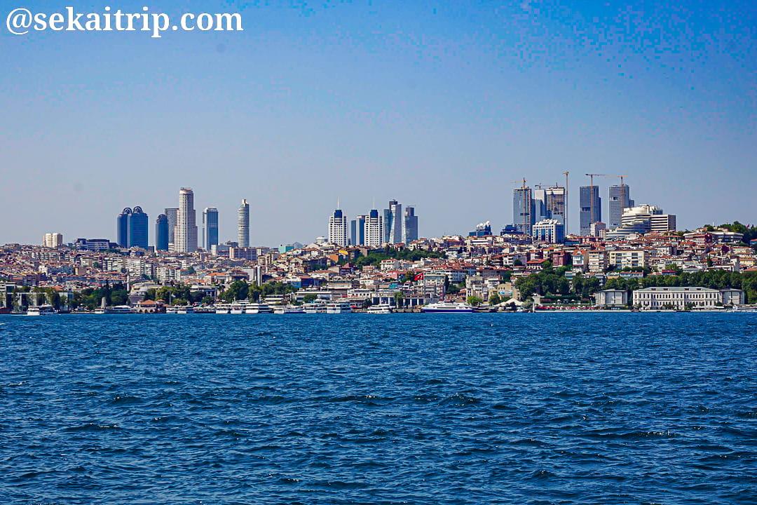イスタンブールのパシャ港公園から撮影した新市街