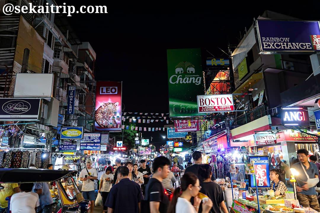 夜間賑わいを見せるバンコクのカオサン通り(Khao San Road)