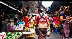 バンコクのクロントゥーイ市場内