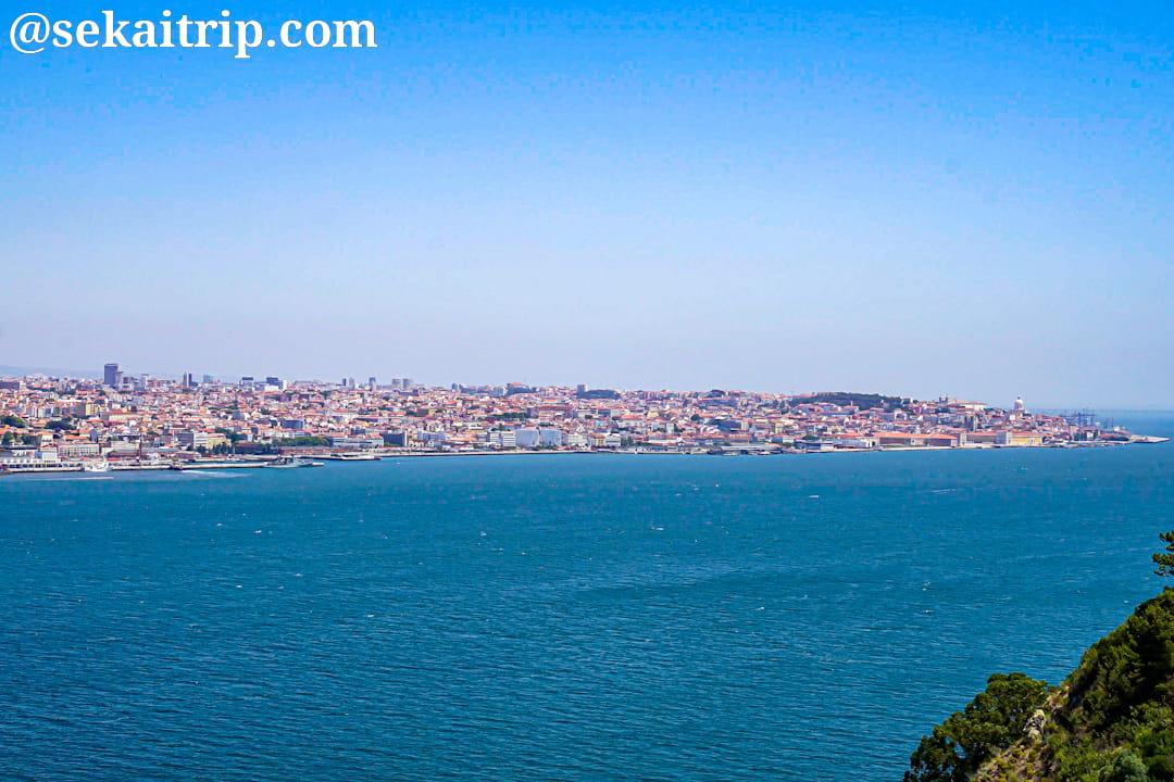 クリスト・レイ像付近から見たリスボンの街