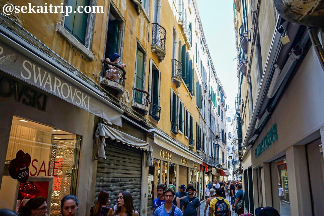イタリア・ベネチアのメルチェリア・オロロージョ通り(Merceria Orologio)