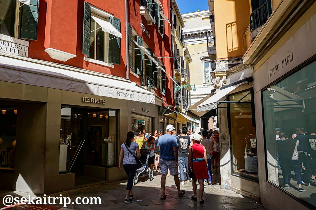 イタリア・ベネチアのサリタ・サン・モイゼ通り(Salita San Moise)※エルメス店