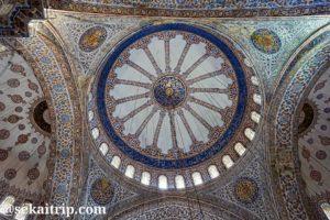 トルコ・イスタンブールのスルタンアフメト・モスク(Sultan Ahmet Camii)の天井