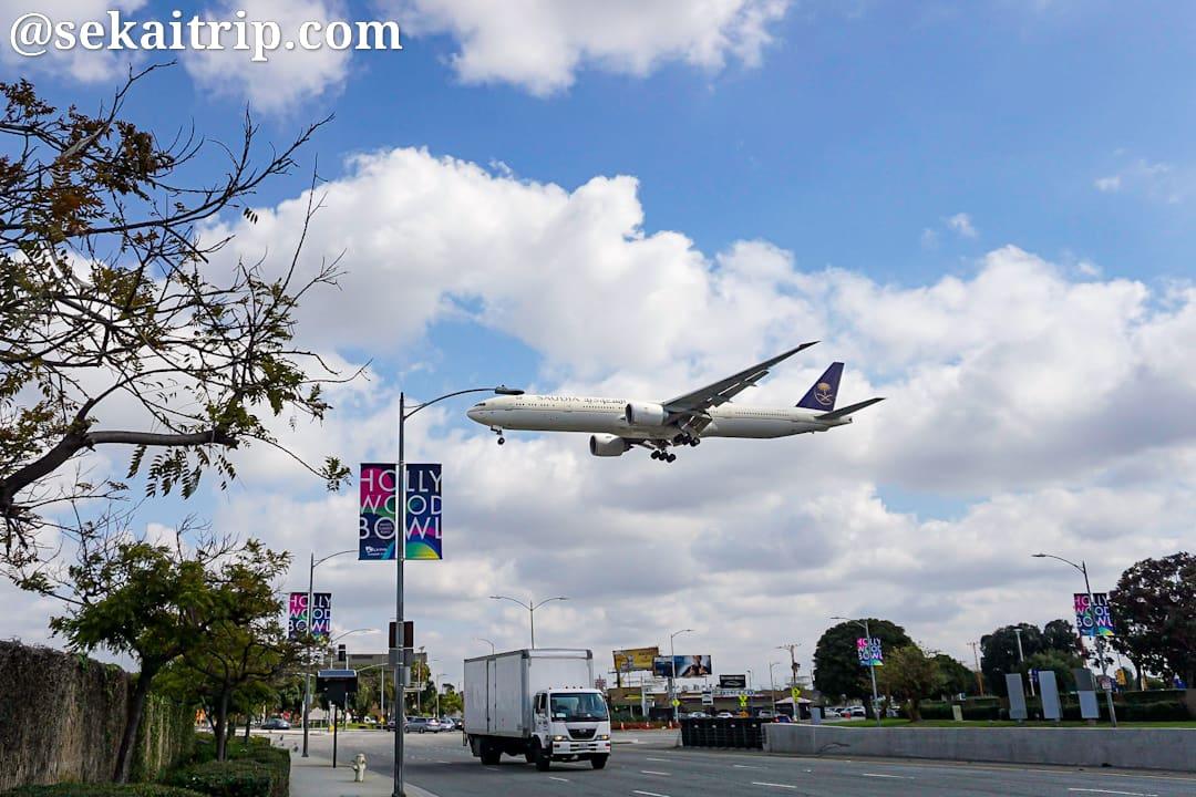 ロサンゼルス国際空港近くから撮影した飛行機