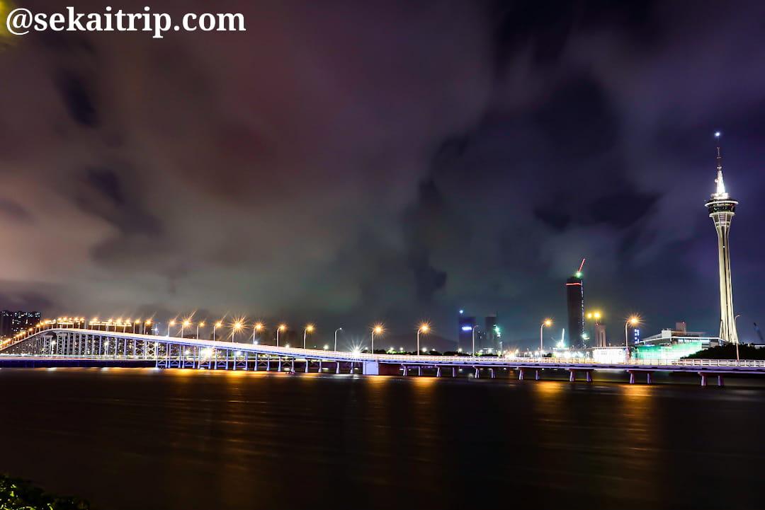 マカオタワーと嘉楽庇総督大橋(Governador Nobre de Carvalho Bridge)