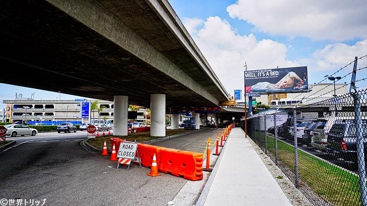 ロサンゼルス国際航空(LAX)の入口付近