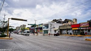 ダウンタウンのウシュマル通り(Avenida Uxmal)のコンビニ周辺