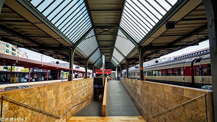 コルナヴァン駅のプラットホーム