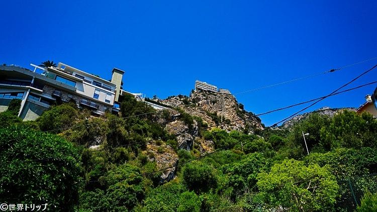 フランス通りから見た崖に建つ建物