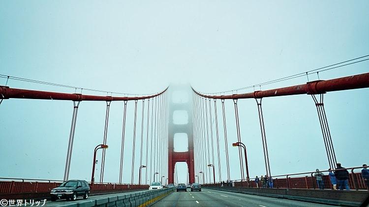 道路から見たゴールデン・ゲート・ブリッジ(Golden Gate Bridge)