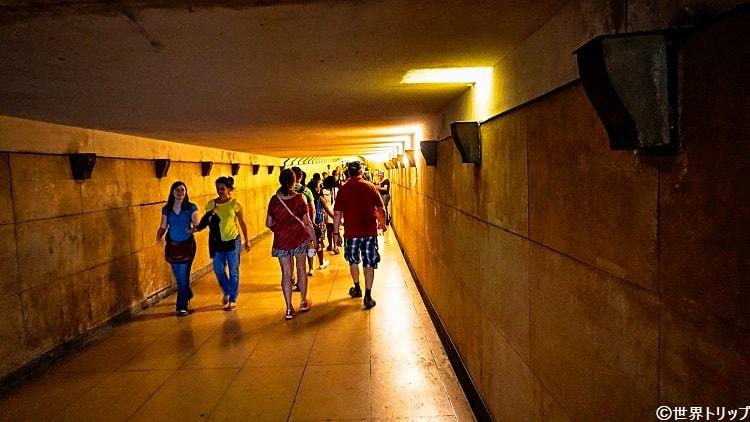 凱旋門の下に向かう通路