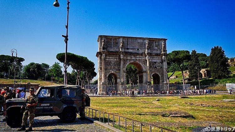 コロッセオ近くのコンスタンティヌスの凱旋門(軍人が警備)