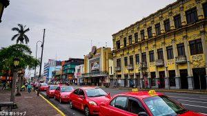 メリコ・サラサール劇場(Teatro Popular Melico Salazar)と大通りの2通り(Avenida2)