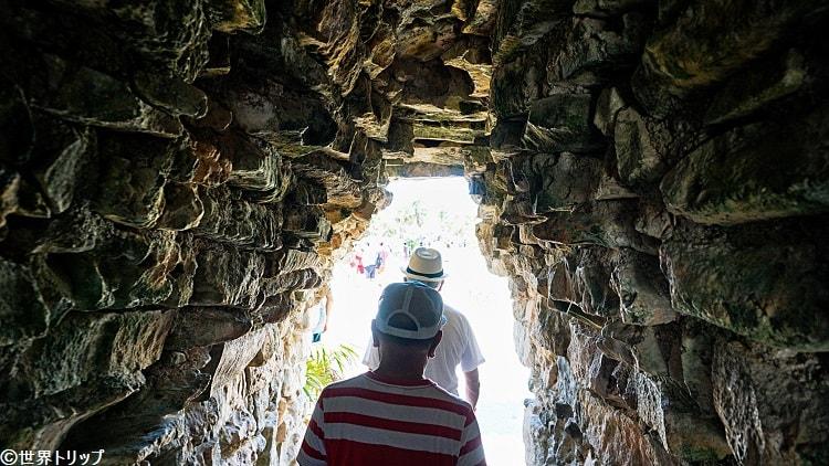 この小さなトンネルを抜けるとトゥルム遺跡(Ruinas de Tulum)が!