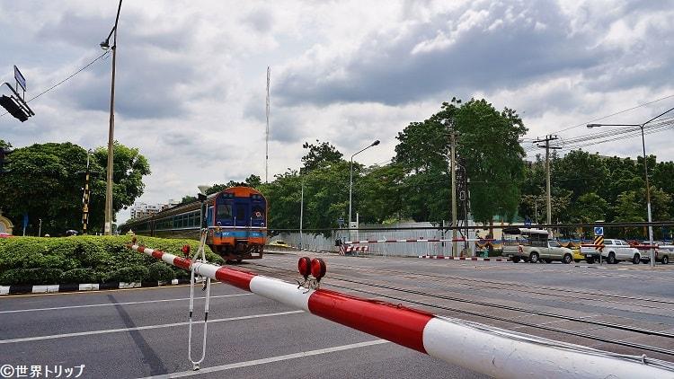 ナンルーン競馬場近くを走る電車