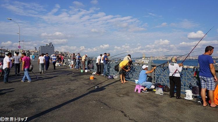 ガラタ橋で釣りを楽しむ人々