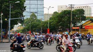 道路を埋めつくすバイクの数々(ホーチミン)