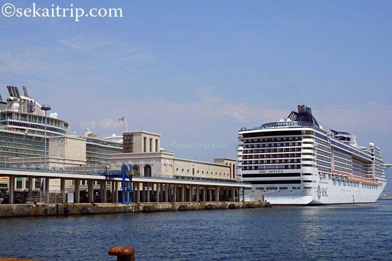 ナポリ港に停泊する豪華客船