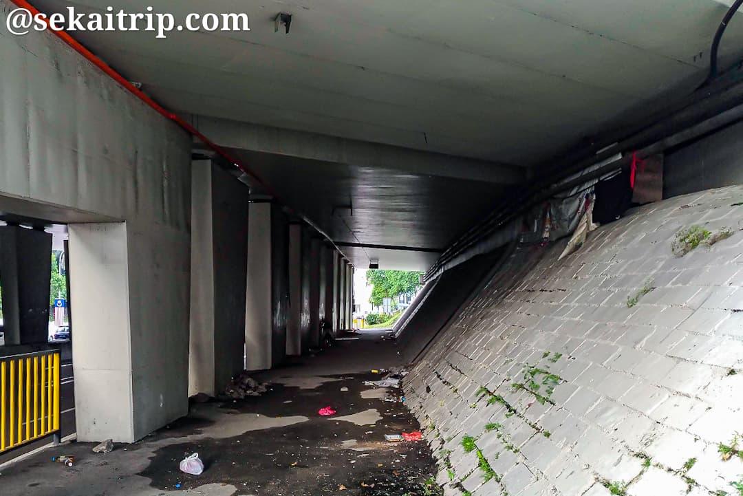 ダマンサラ通りの高架下