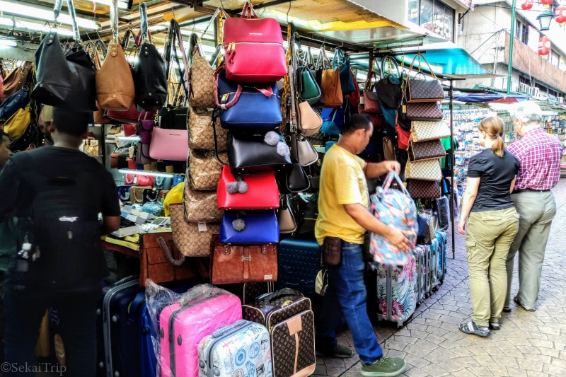 偽ブランド品を売る商店(ハン・ルキル通り)