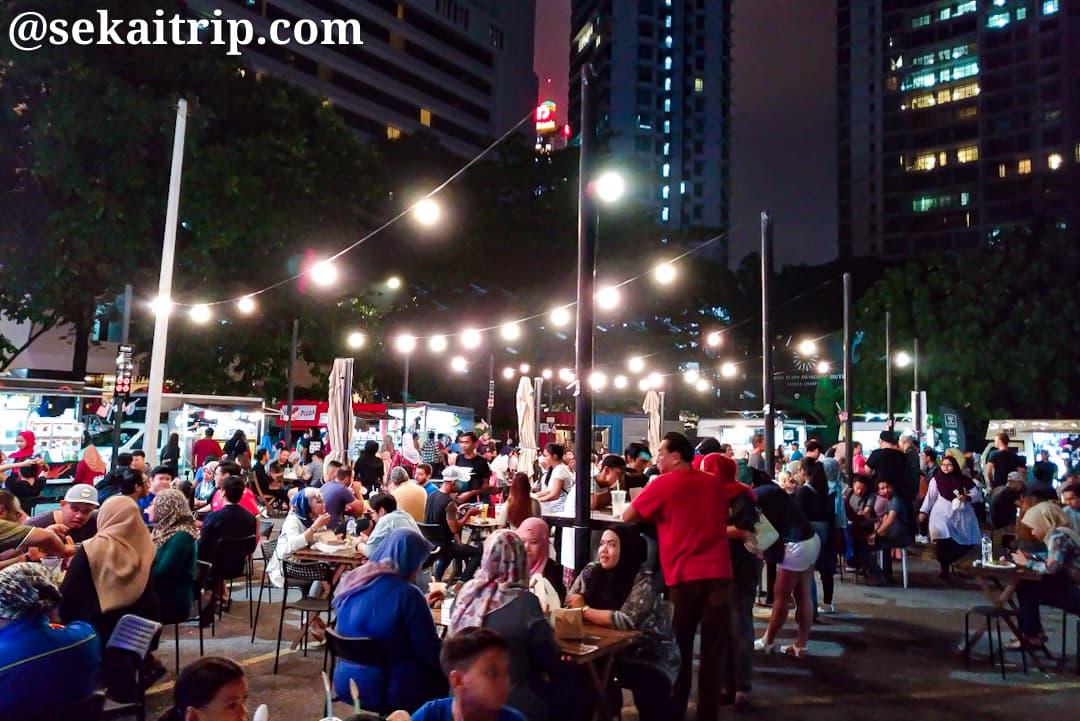 タパック・アーバン・ストリート・ダイニングで食事を楽しむ人々