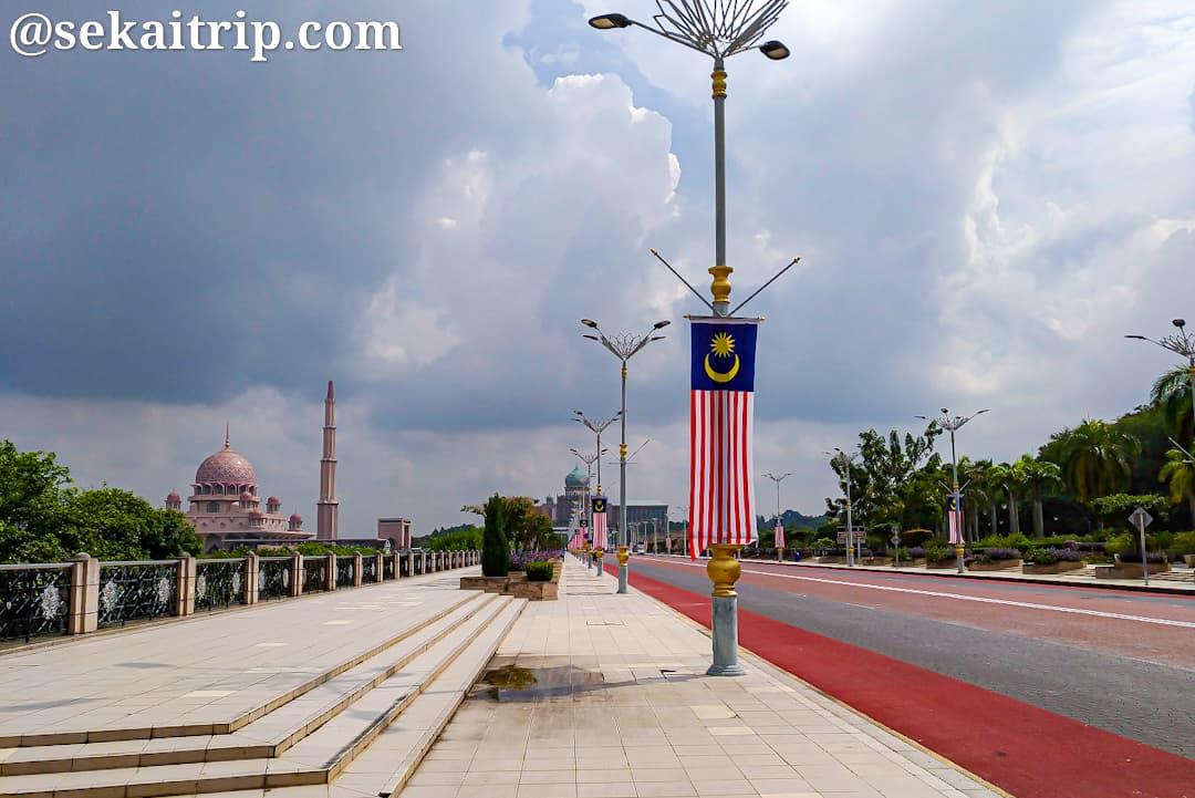 プトラ橋(Jambatan Putra)から撮影したマレーシア首相官邸