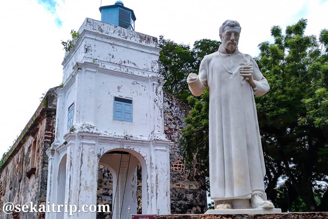 セント・ポール教会跡とザビエル像