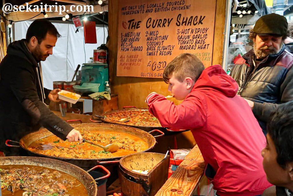 サウスバンク・センター・フード・マーケットで試食する子供