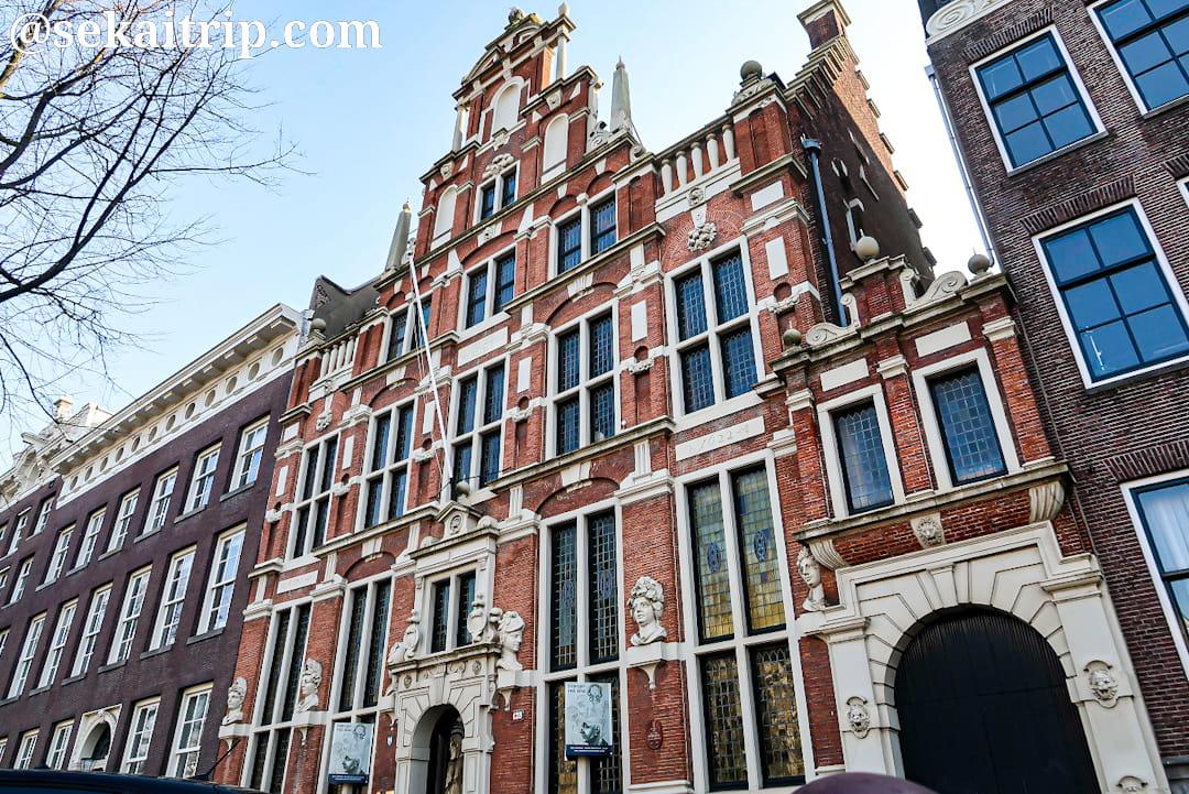 頭像を持つ家(Huis met de Hoofden)