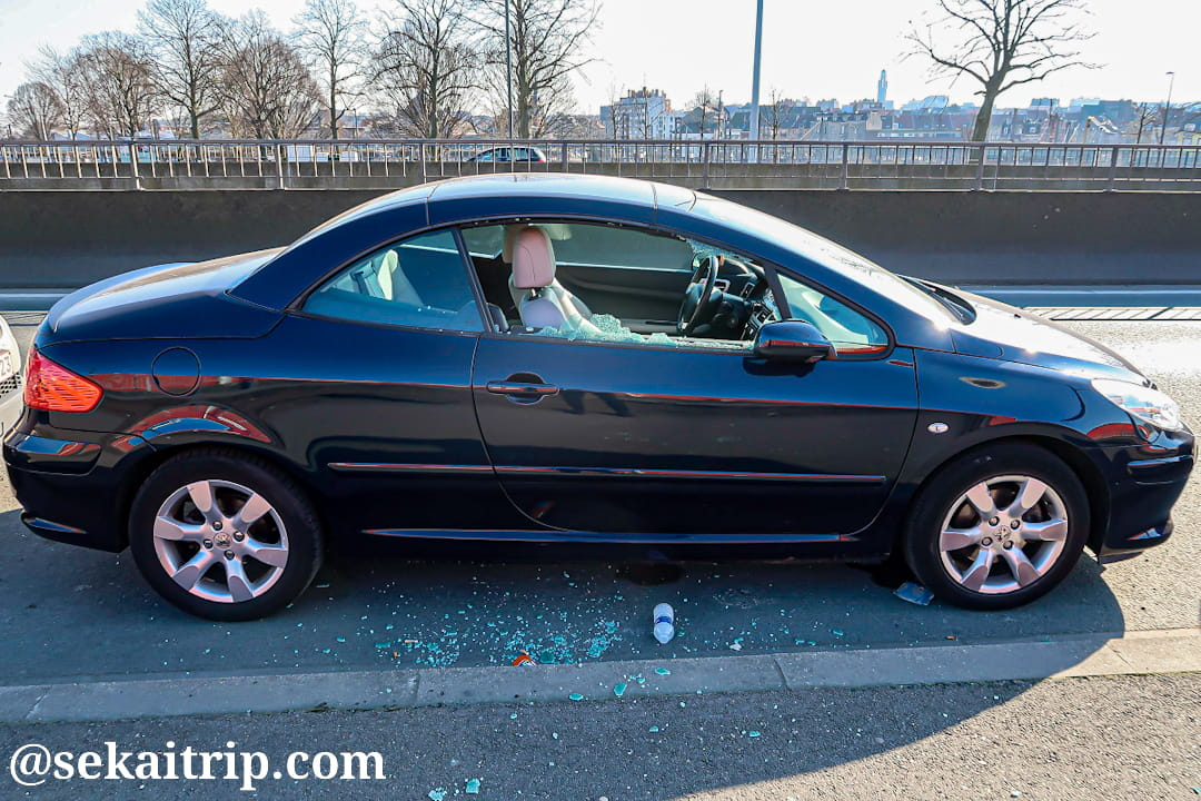 窓ガラスが割られた車(ブリュッセル)