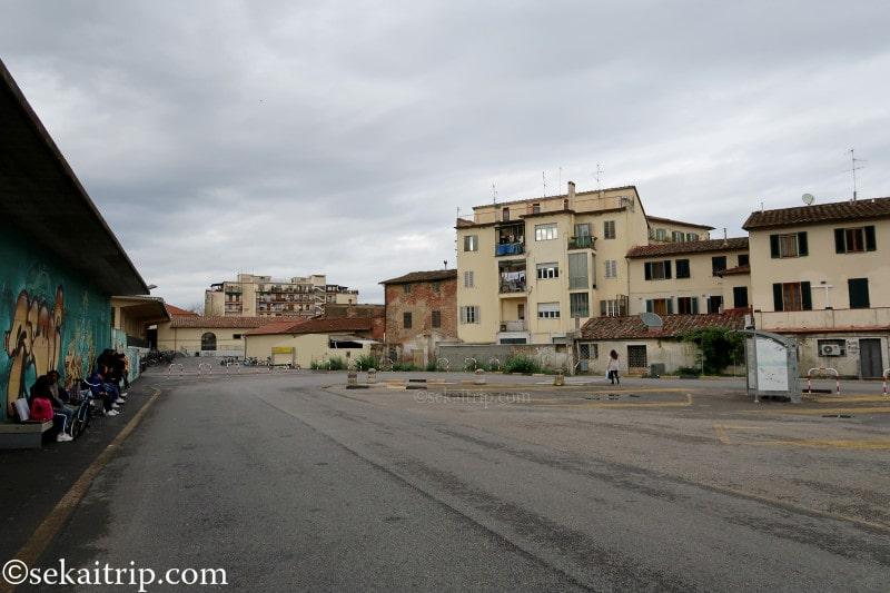 モンテヴァルキ(Montevarchi)駅横のバス停