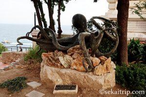モナコ海洋博物館前の銅像