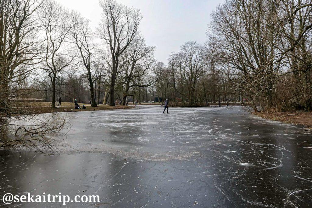 フォンデル公園(Vondelpark)でスケートを楽しむ人