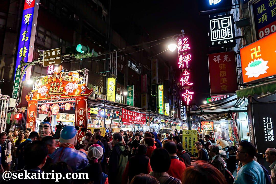 台北の艋舺夜市(入口付近)