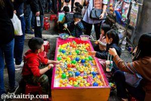 台北の臨江街観光夜市(おもちゃのアヒル釣りの屋台)