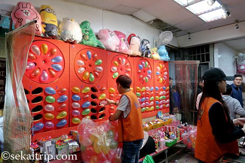 台北の饒河街観光夜市(子供向けゲームの屋台)