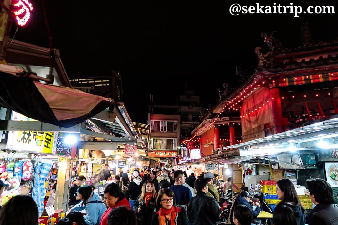 人で混雑する台北の士林夜市