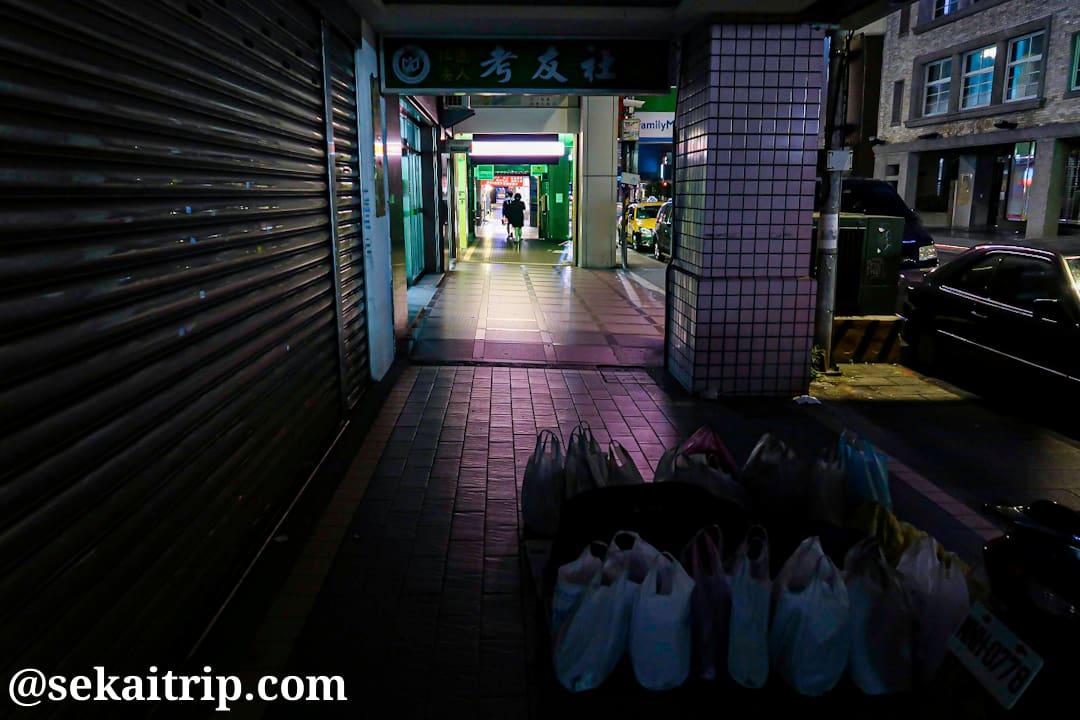 台北駅付近の開封街一段で見かけたホームレス
