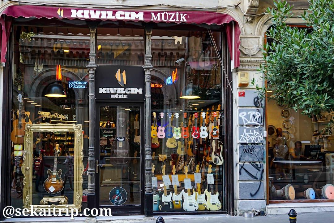 イスタンブールのガリップ・デデ通りの楽器店